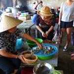 Garnelen bei einer Händlerin auf dem Markt von Hoi An