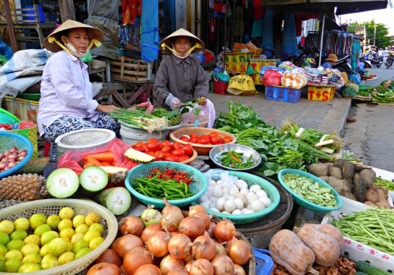 Obst und Gemüse in allen Farben auf dem Markt von Hoi An