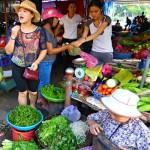 Vietnam: Vor dem Kochkurs werden die Zutaten erklärt und probiert.