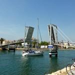 Die Fußgängerbrücke im Hafen