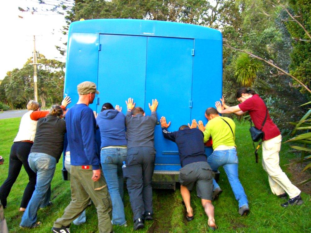 Neuseeland: Zusammen den Bus aus dem Dreck ziehen