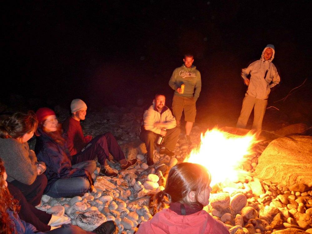 Gruppenreise in Schottland: Lagerfeuer am Strand