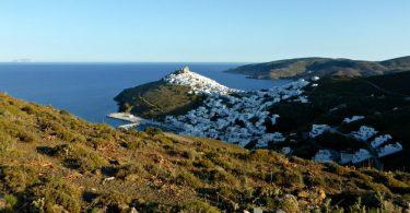 Blick auf Astypalea, die Burg und den Hafen