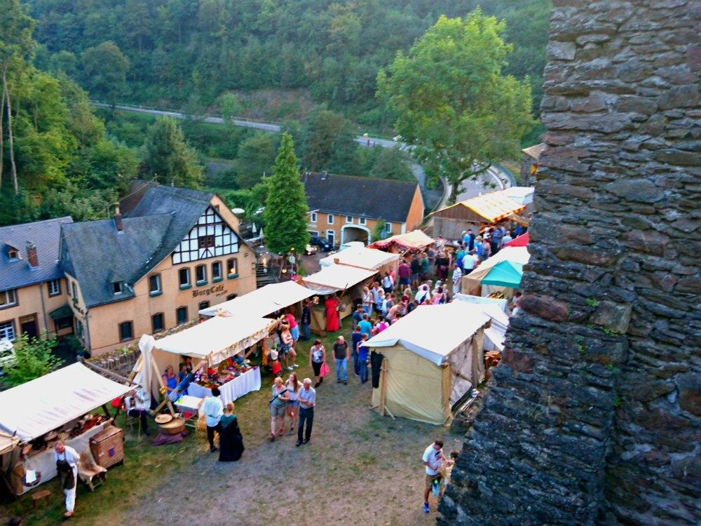 Handwerkermarkt beim historischen Burgenfest in Manderscheid