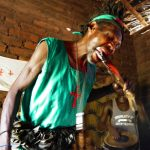 Malawi: Glühende Holzscheite als Snack