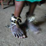 Der Tanz des Medizinmanns: Metallschellen scheppern im Takt der Trommeln