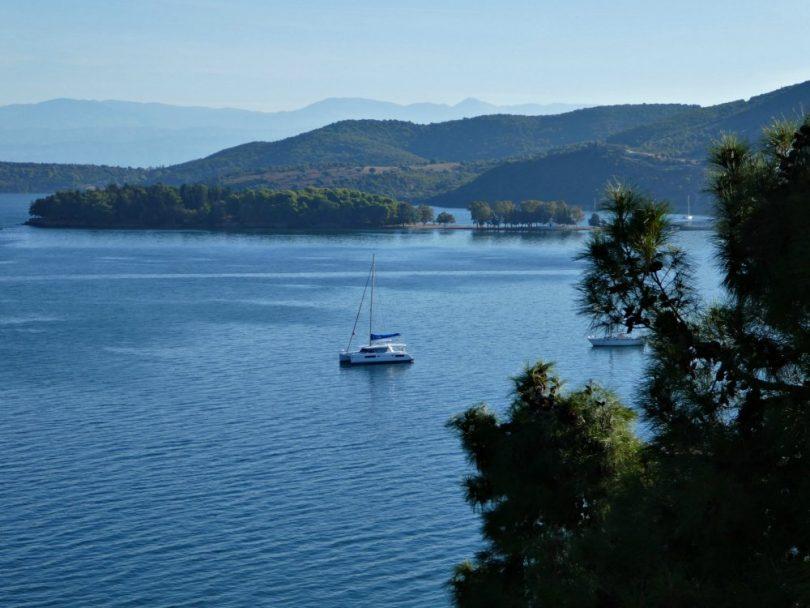 Segelurlaub Korfu & Ionische Inseln: Katamaran vor Anker in Vonitsa