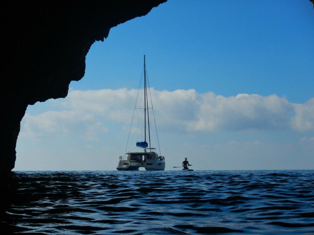 Katamaran & SUP vor den blauen Grotten von Paxos