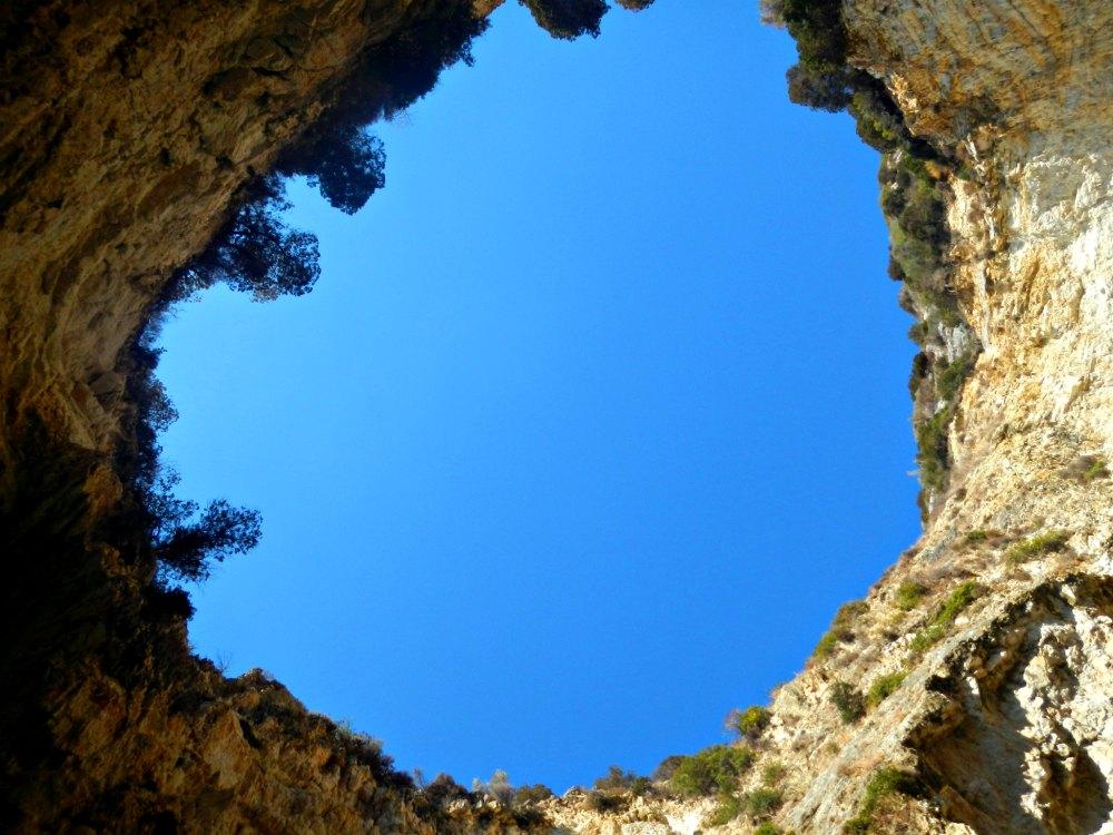 Blick nach oben in den blauen Grotten von Paxos