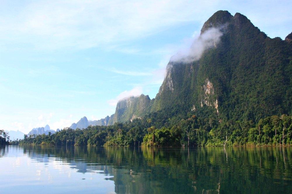 Thailand-Foto #07: Wolkenverhangene Karststeingipfel im Khao Sok Nationalpark