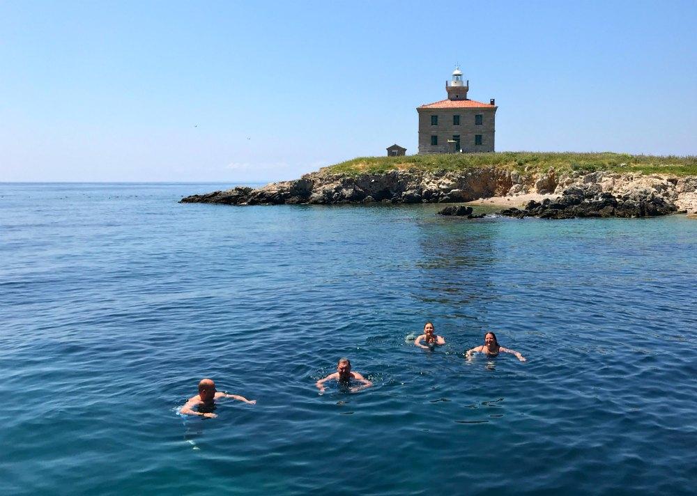 Synchronschwimmen vor dem Leuchtturm in der Kvarner Bucht