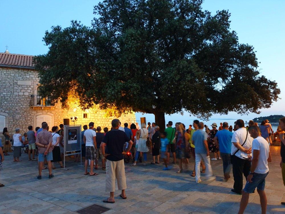 Kroatien: Abends in Rab Stadt