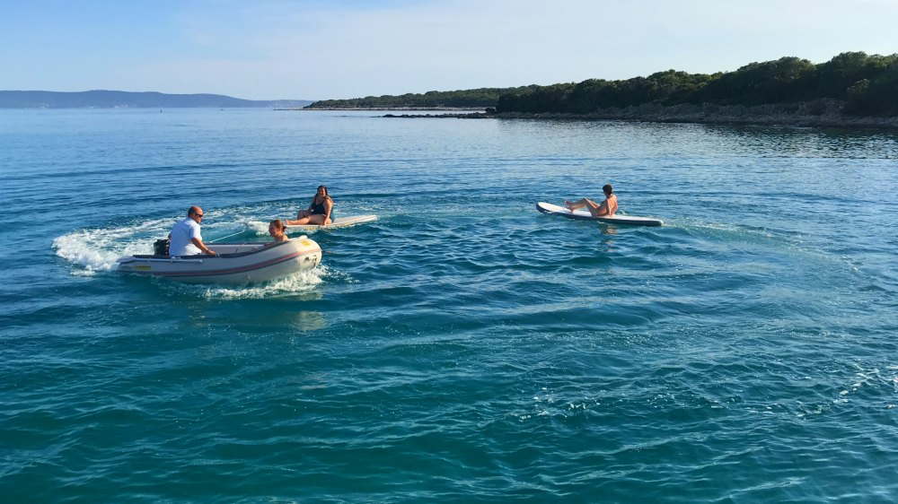 Badespaß mit SUP und Dingi: Segelurlaub in Kroatien