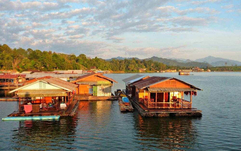 Schwimmende Dörfer am Khao Laem See in Sangkhlaburi