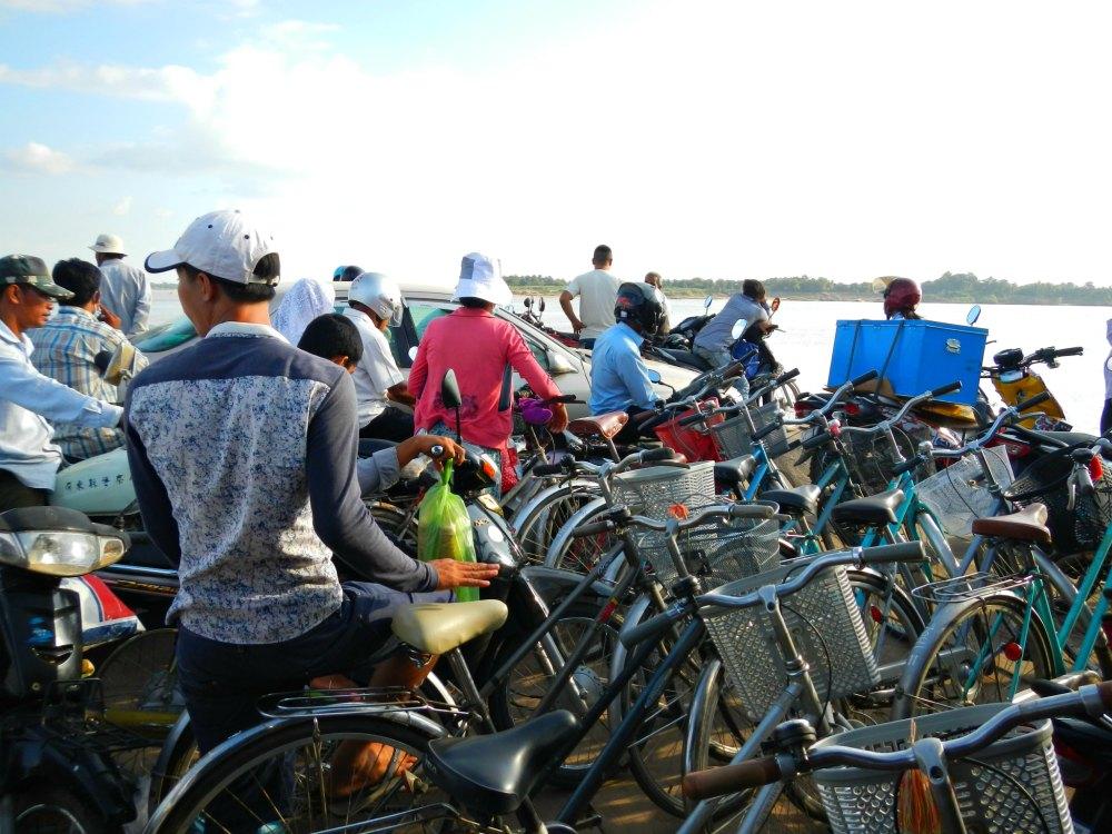 Kampong Cham: Passagiere und Räder auf der Mekong-Fähre