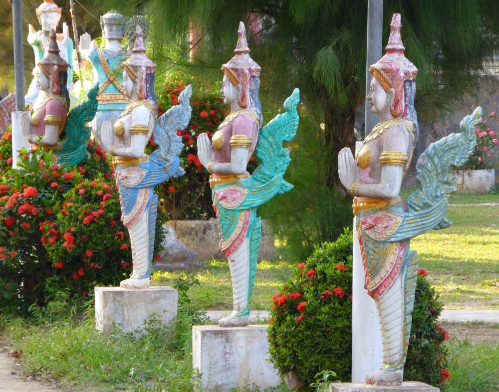 Statuen am Tempel von Koh Pen