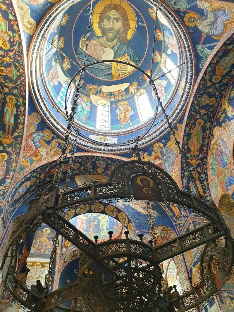 Kirche des Heiligen Georg: Kronleuchter und Fresken