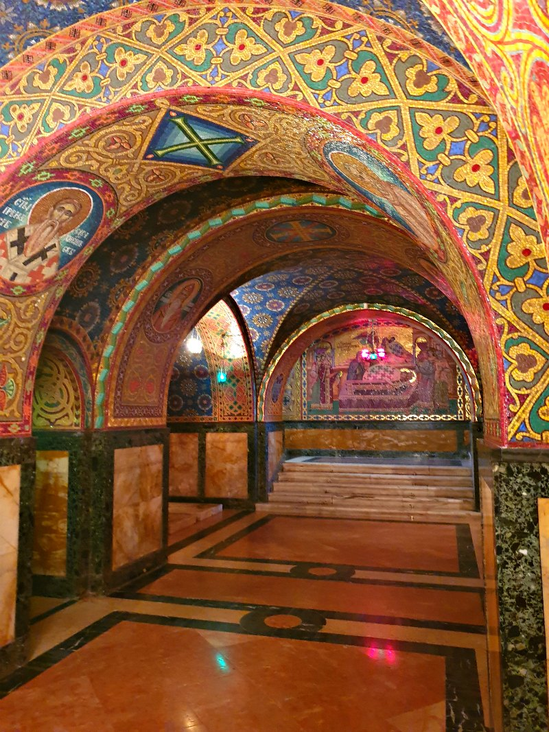 Prachtvolle Muster und Fresken in der Krypta in Oplenac-Topola