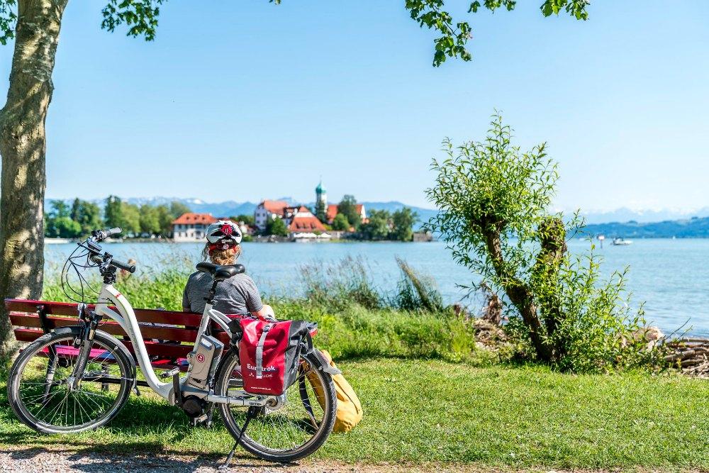 Radeln auf dem Bodensee-Radweg: Pause in der Wasserburger Bucht | Bild: Travelita