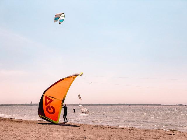 Die Ostseeinsel Fehmarn ist perfekt für Wind- und Kitesurver | Bild: Child and Compass