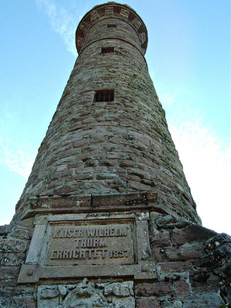 Die wuchtigen Mauern des Kaiser-Wilhelm-Turms, besser bekannt als Hohlohturm