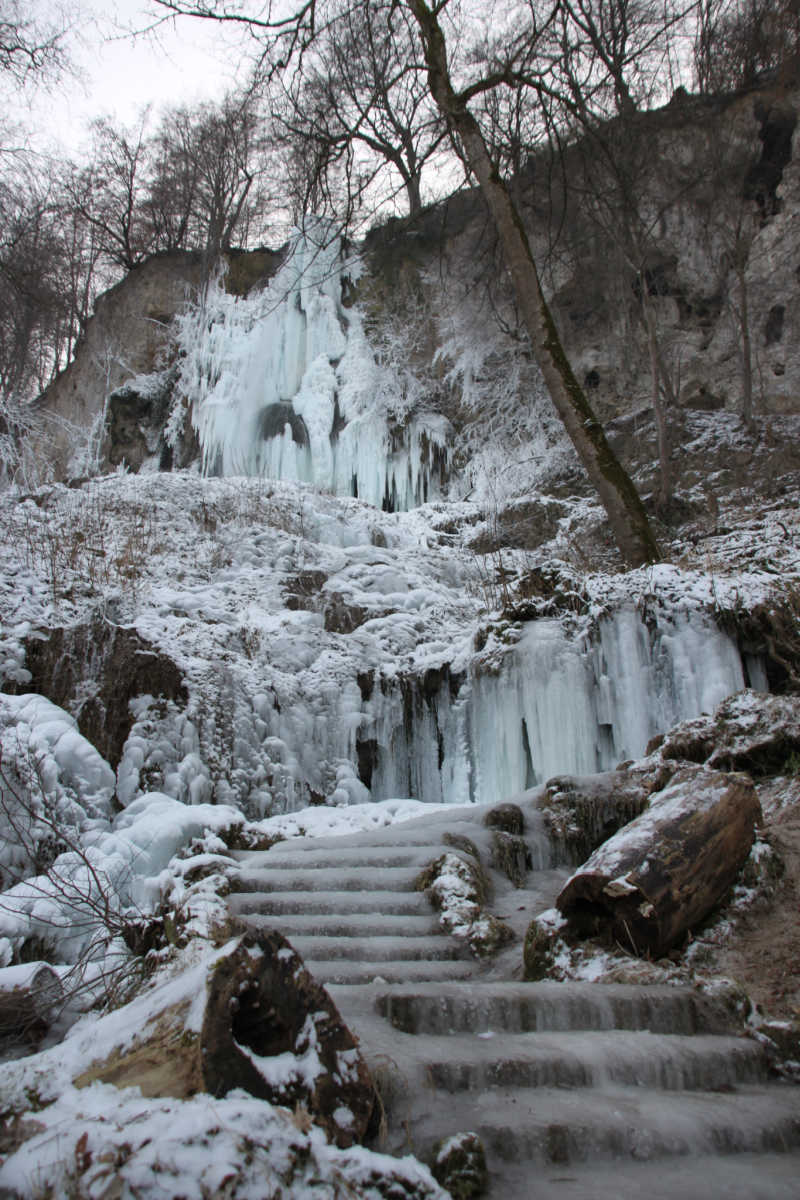 Winter in Baden-Württemberg: Uracher Wasserfall eingefroren   Bildnachweis: Schwäbische Alb Tourismus Verband e.V.