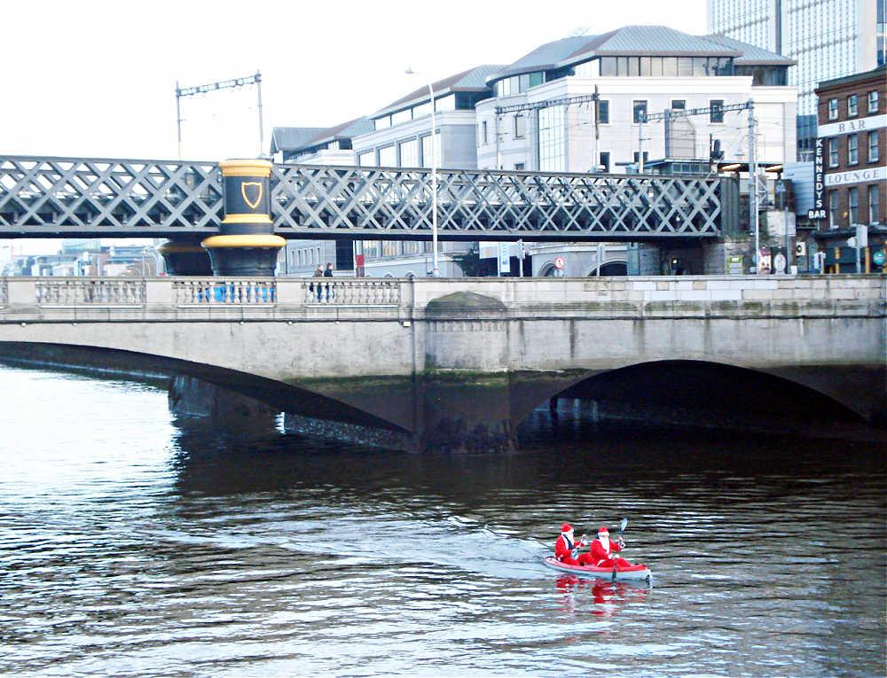 Weihnachten in Irland: Zwei Santas auf dem River Liffey in Dublin | Bild: Tourism Ireland