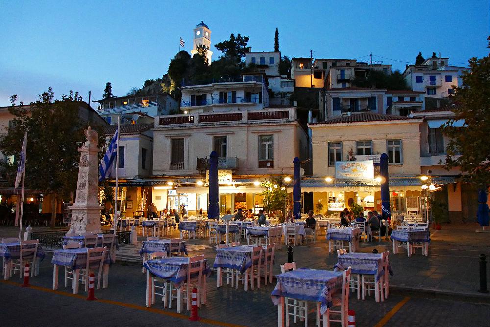 Blaue Stunde in Poros vor der Kulisse des Glockenturms