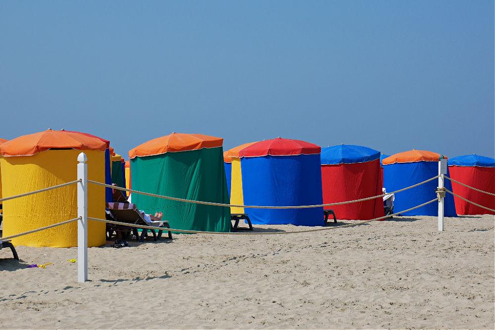 Bunte Farbtupfer: Sonnenschirme am Strand von Deauville in der Normandie