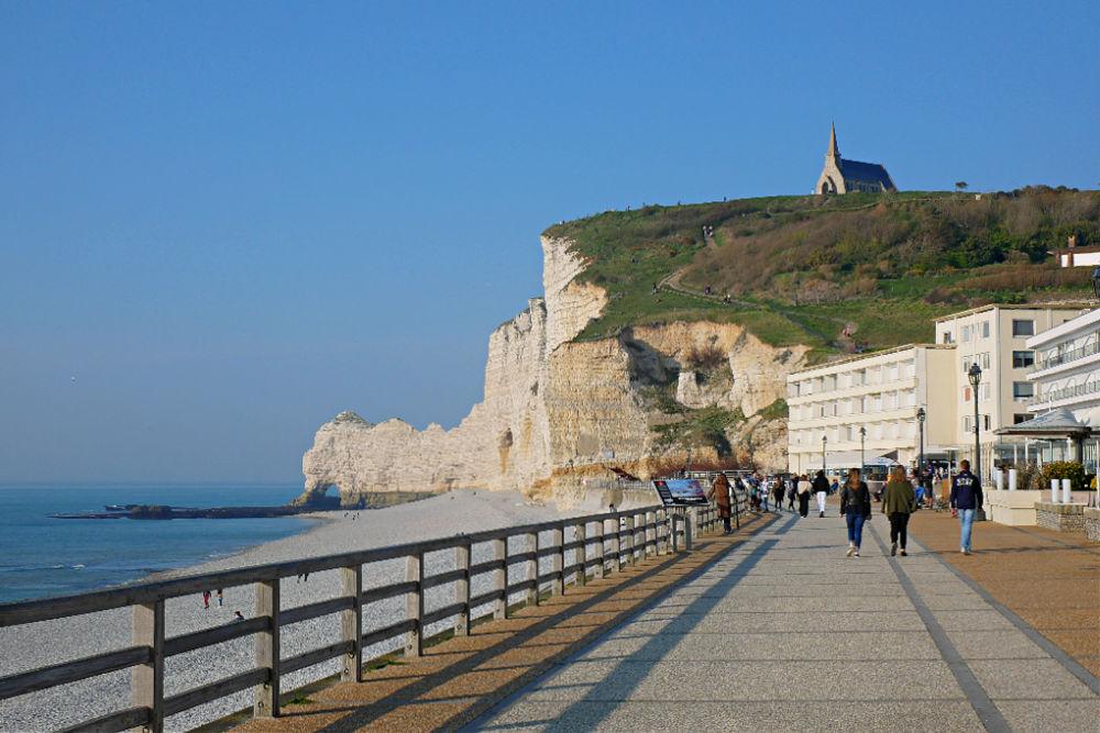 Wohnmobil-Tour in der Normandie: Strandpromenade von Etretat