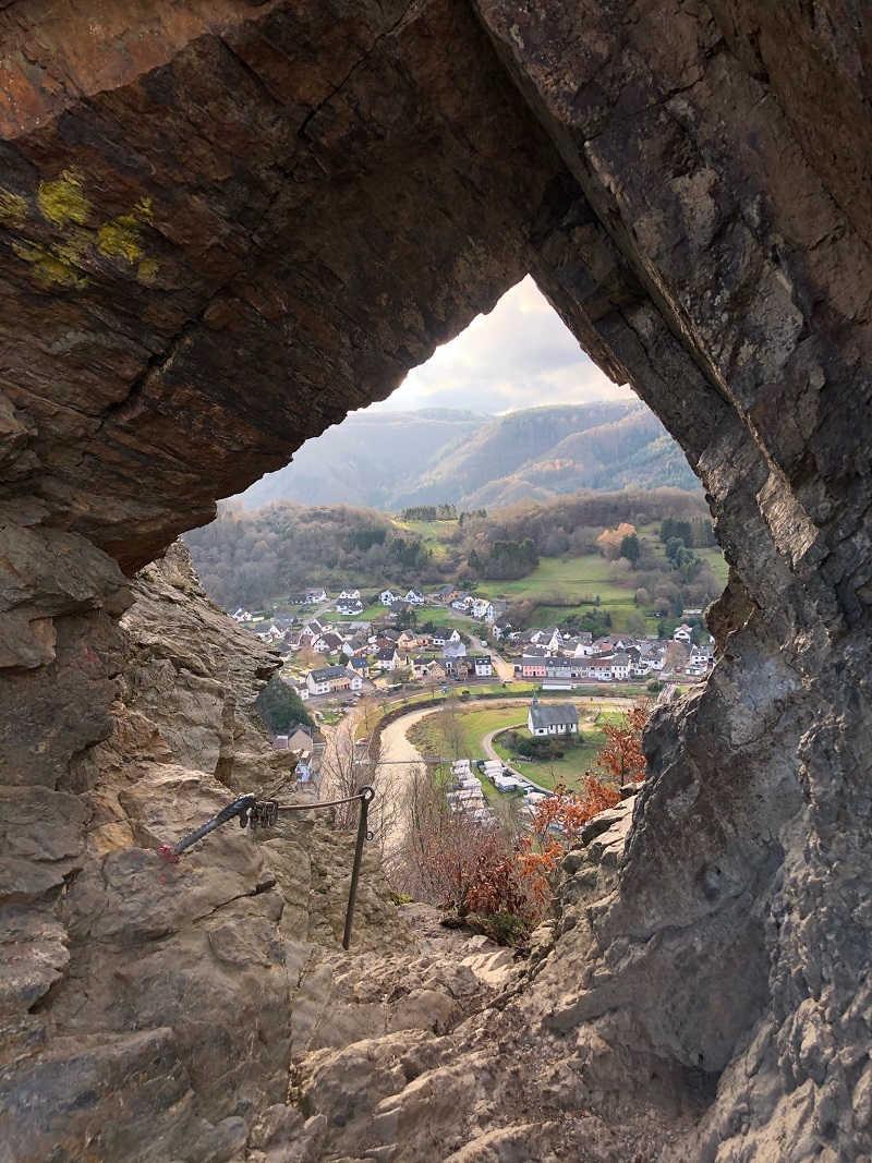 Blick durch das Teufelsloch in Altenahr | Bild: Kommrum Reisen