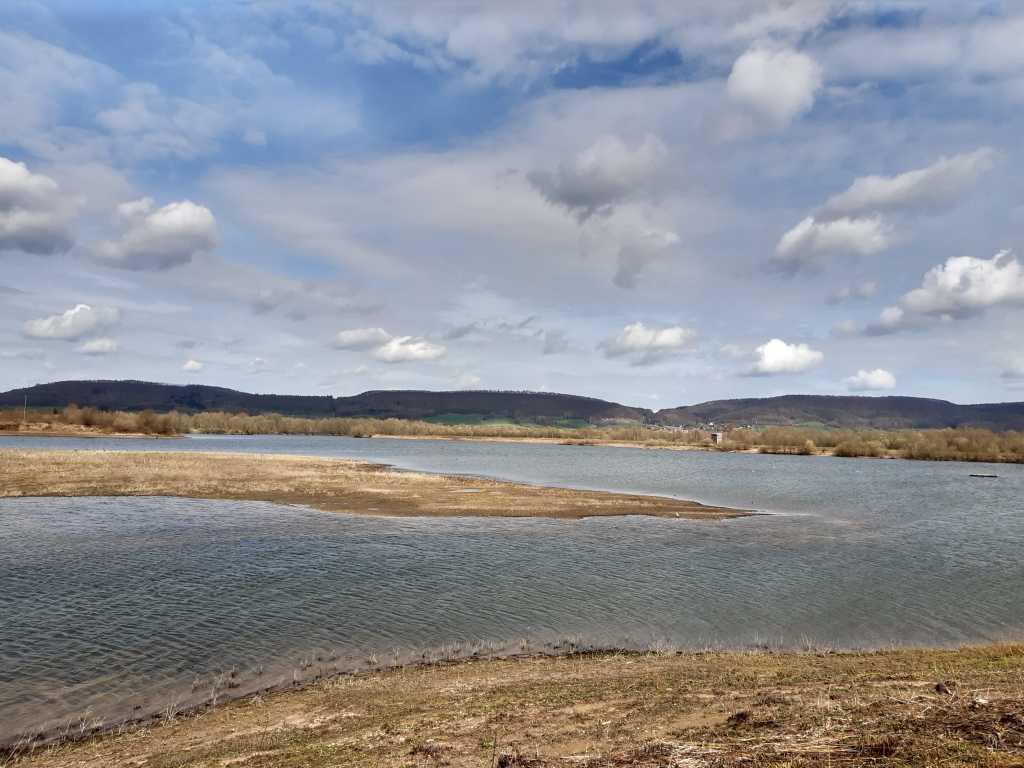 Wandergebiet Wesermarsch bei Rinteln mit dem Kamm des Wesergebirges im Hintergrund | Bild: family4travel